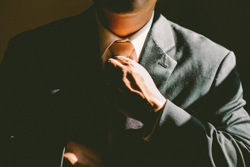 homme costume cravate